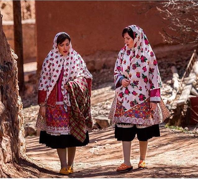 لباس های رنگارنگ زنان در روستای تاریخی ابیانه